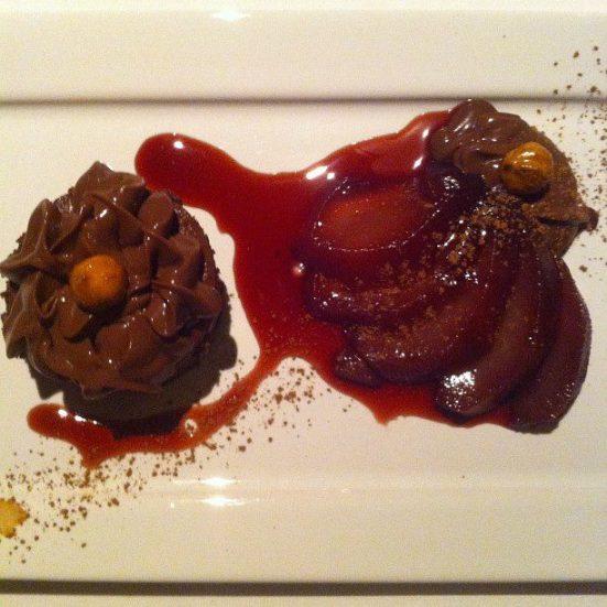 torta de chocolate e avelã e pêras ao vinho