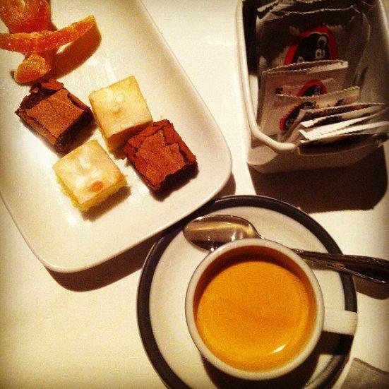 café e doces de acompanhamento