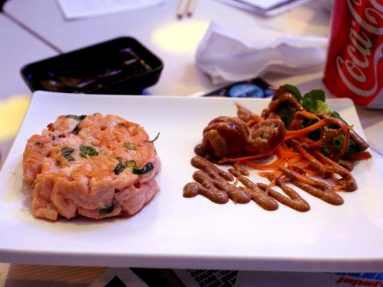 Salmão Burger Especial: hambúrguer de salmão acompanhado de salada