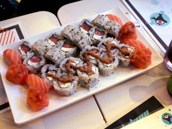 Uramaki: Filadélfia e Ebiten (camarão empanado em massa especial, cream cheese e molho especial a base de shoyu)