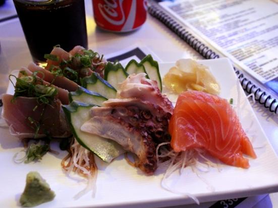 Sashimis: Tataki de atum, polvo e salmão.