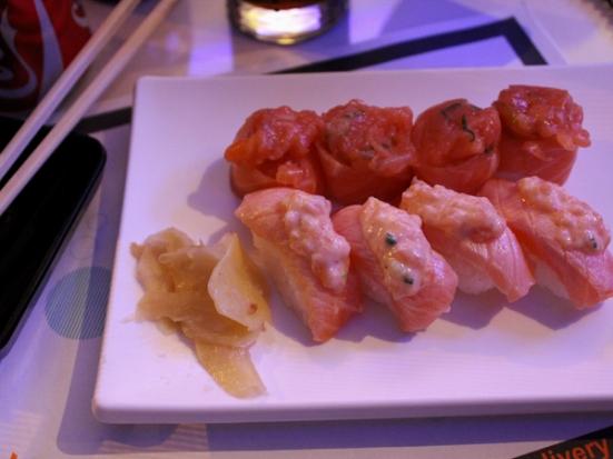 Niguirizushis: Dyo e Salmão Kikoni (salmão levemente tostado com tartar de salmão, maionese e cebolinha)