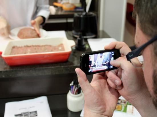 Daniel, do Comideria.com, registrando o preparo para posterior post em seu blog.